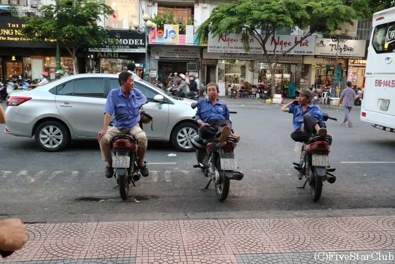 ベンタイン市場の外にて/バイクの上でくつろぐおじさん達