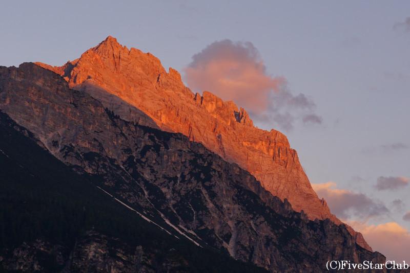 夕暮れに赤く染まるドロミテの山々
