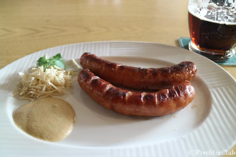 チェコの黒ビールとソーセージ