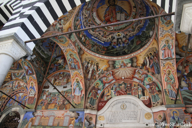 リラの僧院/壁一面に広がるフレスコ画
