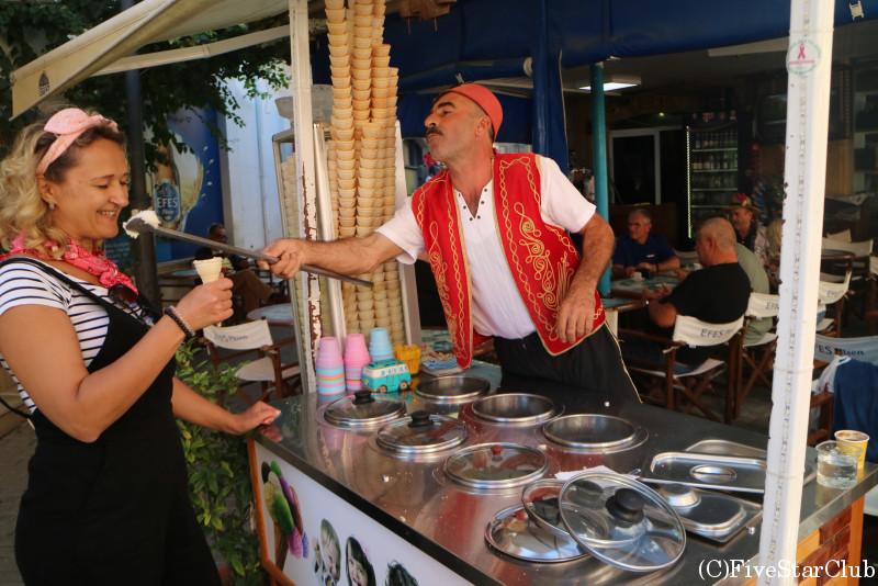 陽気なトルコアイス売り