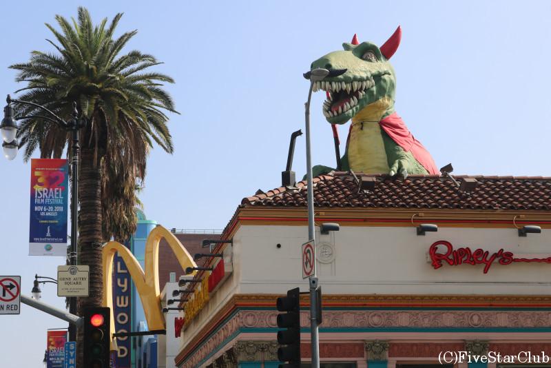 ハリウッド/ストリートにいきなりの恐竜