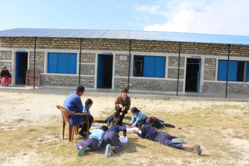 近隣のナユ村 学校訪問 青空の下で勉強をする子供たち