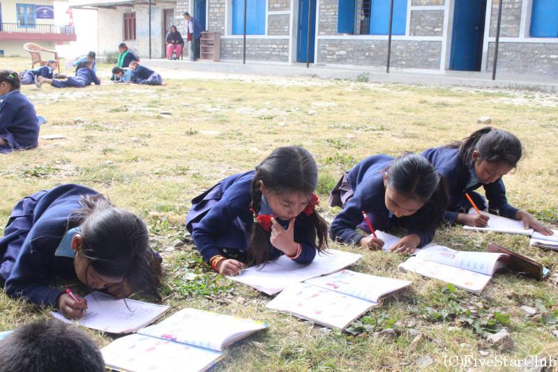 近隣のナユ村 学校訪問