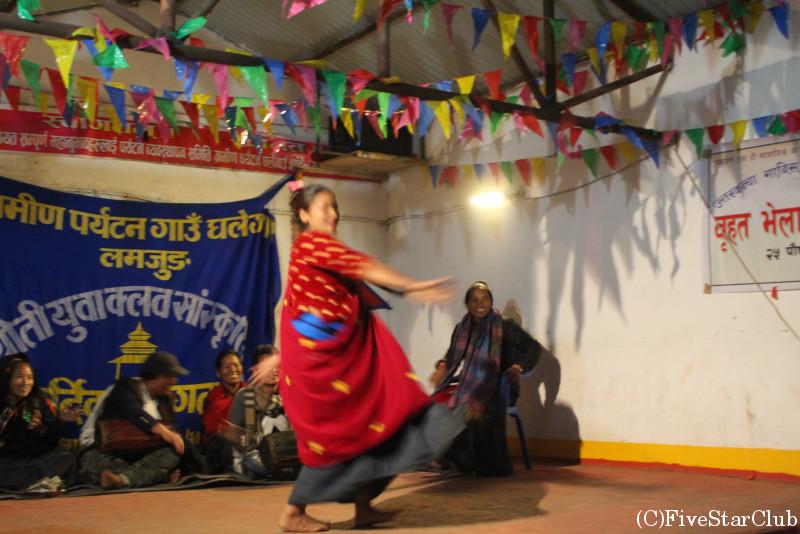 村民たちによる歓迎の舞踊