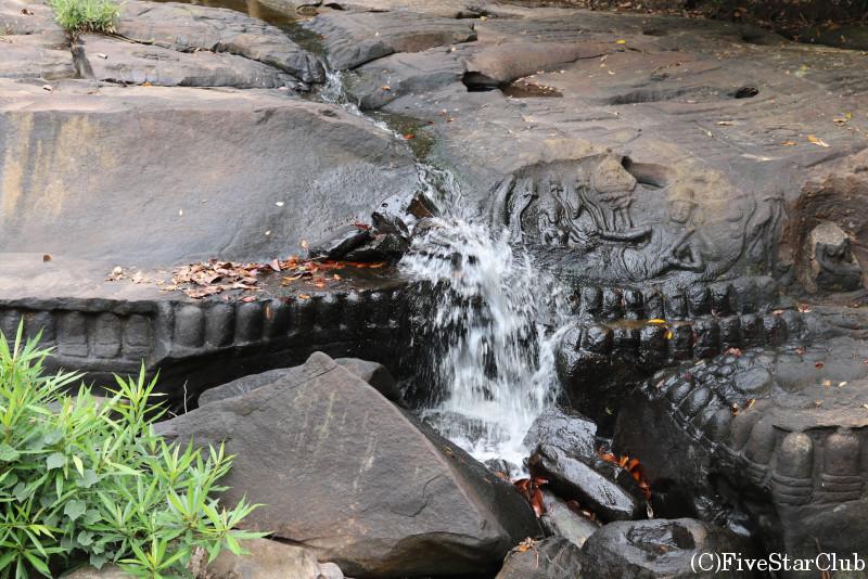 クバルスピアン 岩に施された彫刻