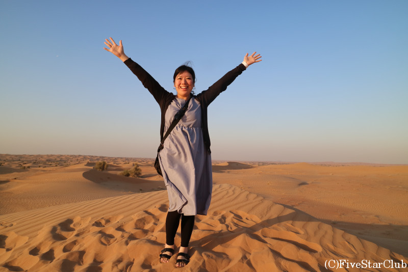 夕暮れの砂漠で