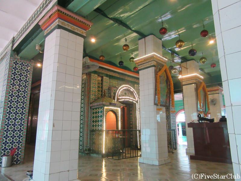 タイルの美しいヒンドゥー教寺院 スリ・タンディ・ユッタ・パニ