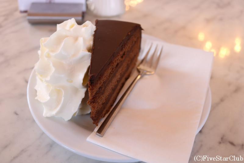 ベルベデーレ宮殿内のカフェで食べた「ザッハー・トルテ」