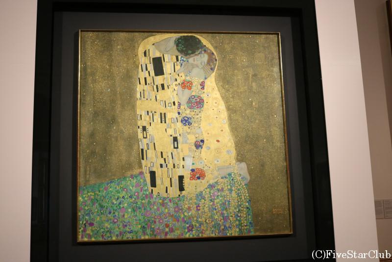 ベルベデーレ宮殿上宮内の美術館にあるクリムトの「接吻」