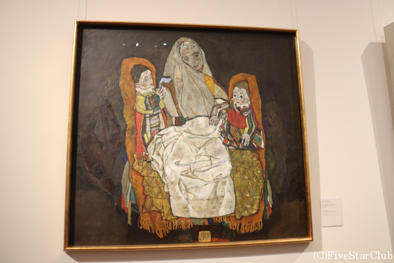 ベルベデーレ宮殿上宮内の美術館にあるシーレの「母と二人の子供」
