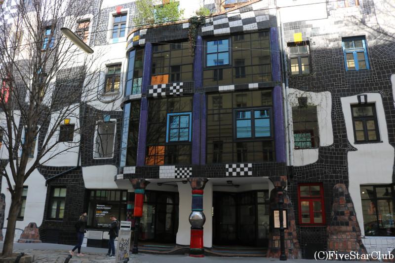 ウイーンの有名建築家フンダードヴァッサー設計「クンストハウスウイーン」