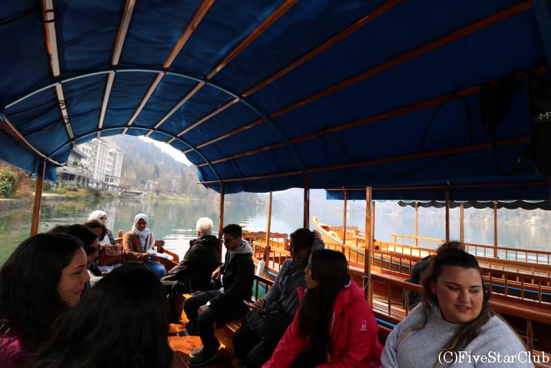ブレッド湖のボート内