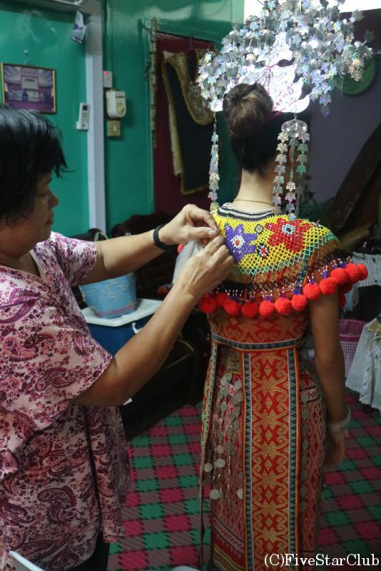 イバン族の伝統衣装を着る女の子