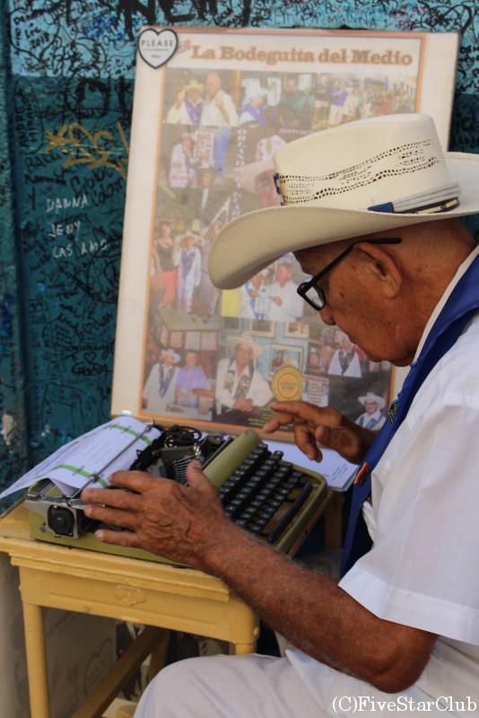 タイプライターを打つお爺さん