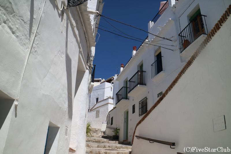 白い家と石畳の道が続く絵本のような世界