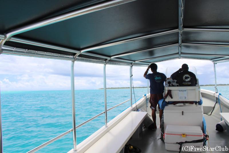 ボートに乗ってカヤンゲル島へ移動
