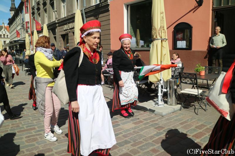 旧市街 民族衣装に身を包んだ人たち