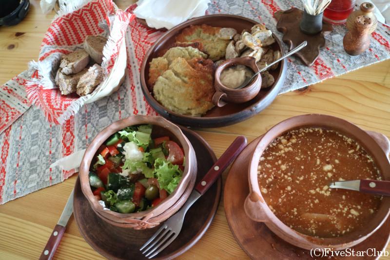 民族建築と生活博物館 敷地内のレストラン ジャガイモ料理