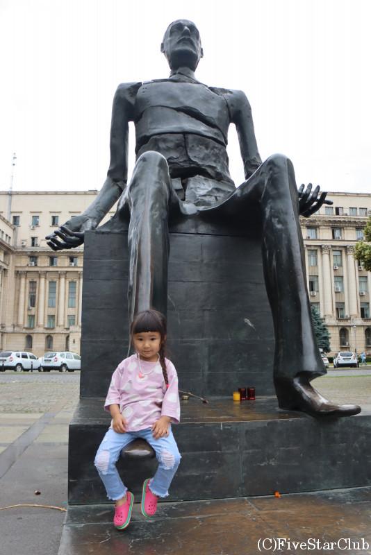 旧共産党本部前の銅像と