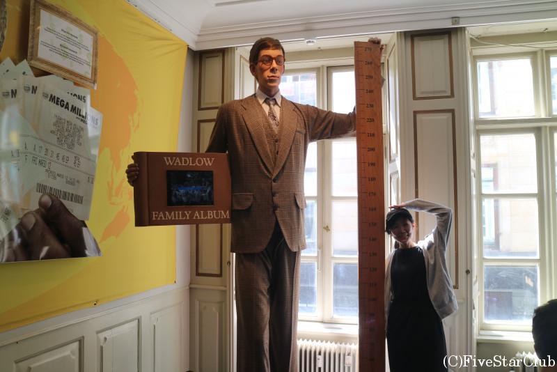 世界で一番背の高い男性の像と私