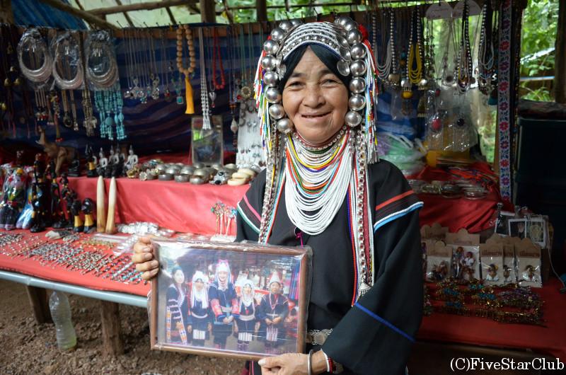 民族衣装が特徴的なアカ族の女性