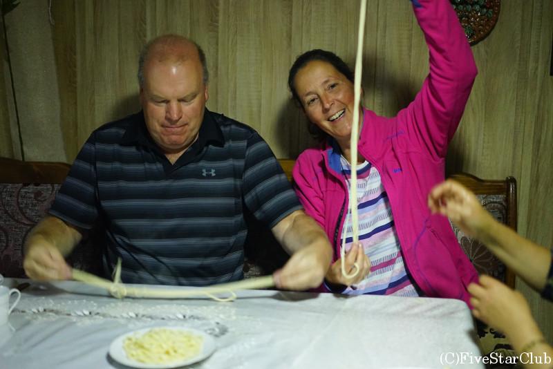 民宿でラグマンの麺づくり