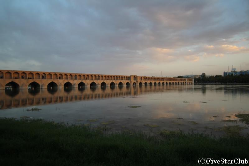 川に映るスィー・オー・セ橋