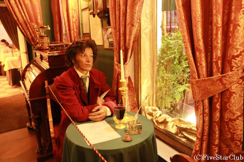 プーシキンも通った文学カフェ 入り口の人形