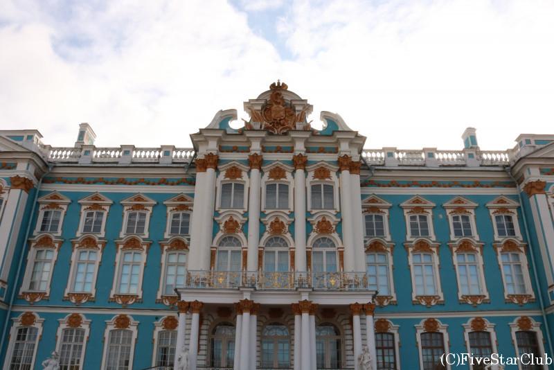 上品な青の外壁が美しいエカテリーナ宮殿