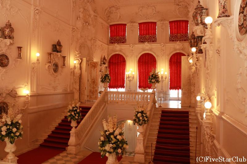 エカテリーナ宮殿 真っ白な主階段には有田焼も飾られている
