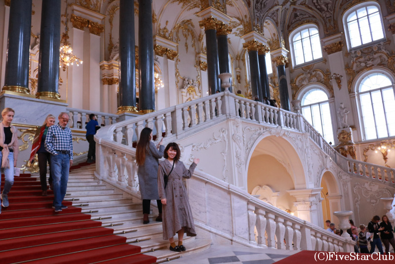 エルミタージュ美術館 白と金の装飾が美しい大使の階段にて