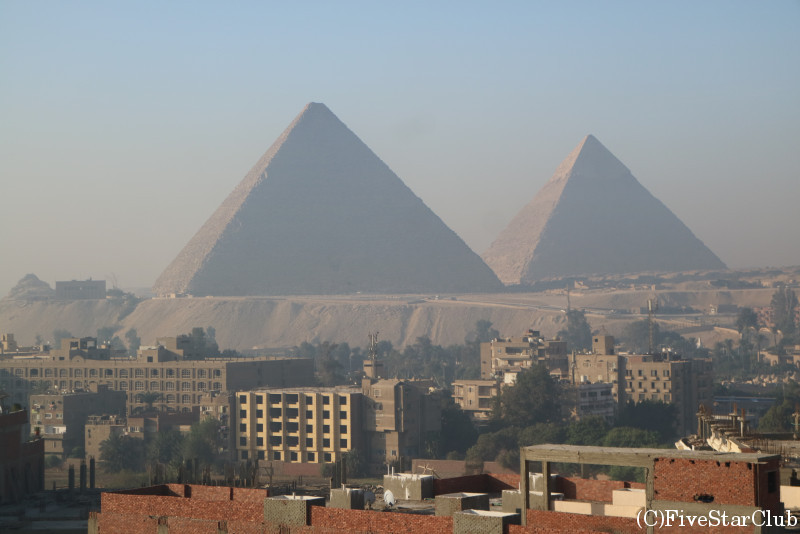 Pyramids Plaza Hotelの屋上から見えるピラミッド