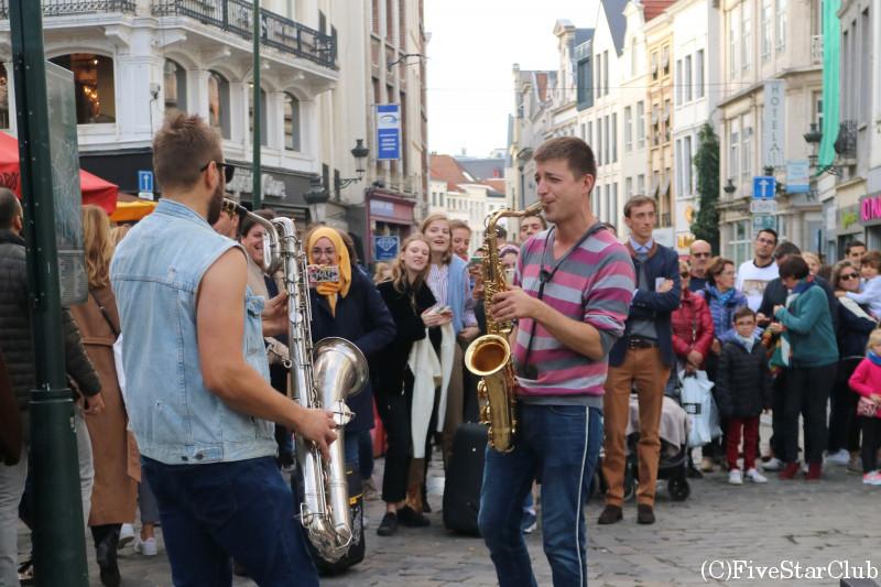 ブリュッセルの路上で演奏