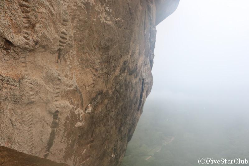 シギリヤロック 切り立った岩肌をすぐそばで見られる