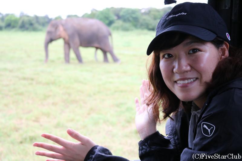 カウドゥッラ国立公園 ぼやけていますが象とツーショット
