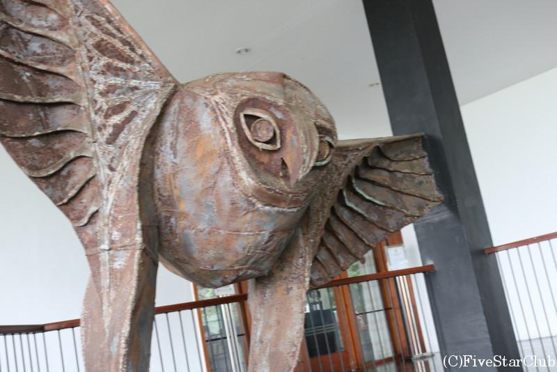ヘリタンス・カンダラマ ラキ・セナナヤケ作のフクロウのオブジェ