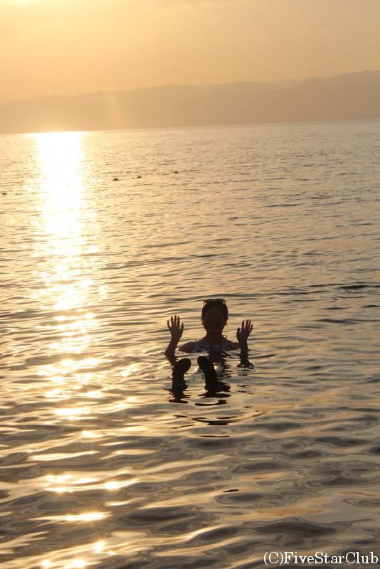 死海の海で浮遊体験