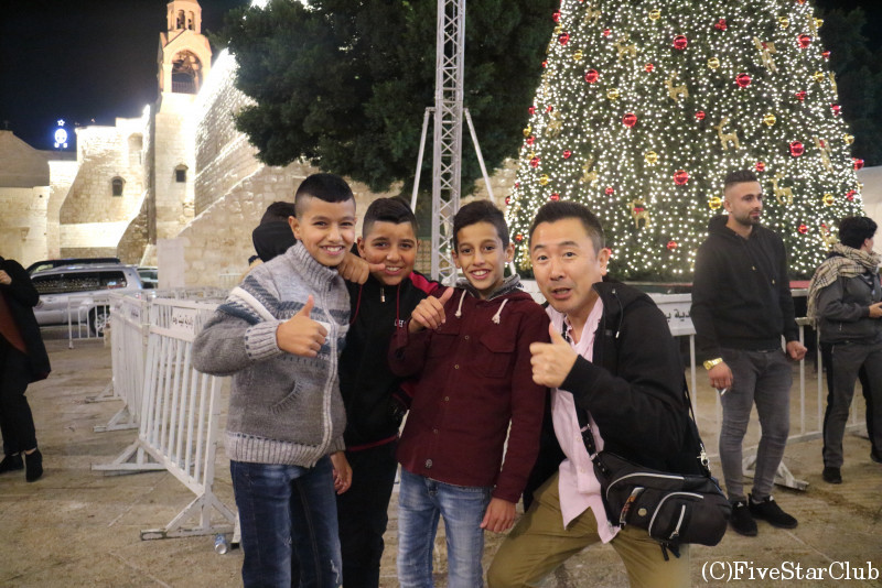 聖誕教会前の広場で地元の男の子と