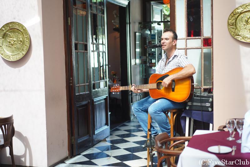 旧市街の中心地にあるレストラン「Meson de la Plaza」