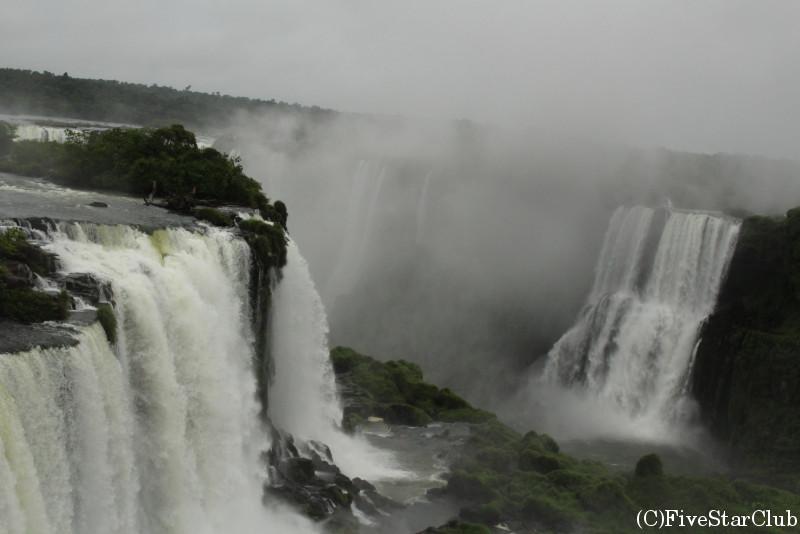 展望台の上から眺める迫力満点な滝