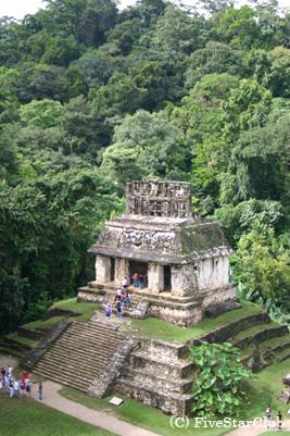 神秘に満ちたジャングルの中の遺跡パレンケ