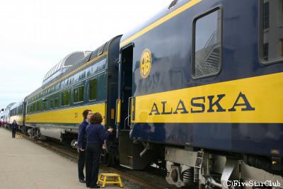 アンカレッジを出発するアラスカ鉄道