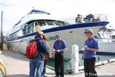 スワードを出航するクルーズ船