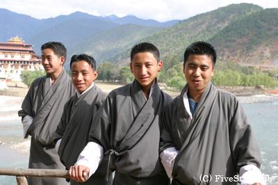 民族衣装ゴに身を包むとなぜかとても凛々しく見える学生たち
