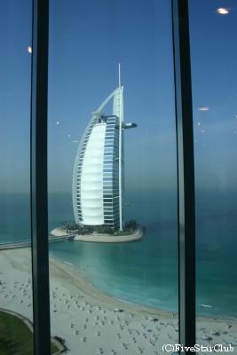 ジュメイラビーチからホテル バージュアルアラブを見る (ドバイ)