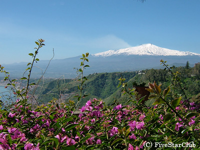 ブーゲンビリアとエトナ山(タオルミーナ)