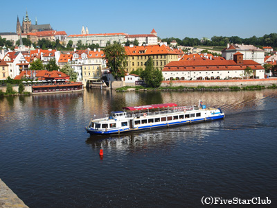 プラハ城と遊覧船(プラハ)
