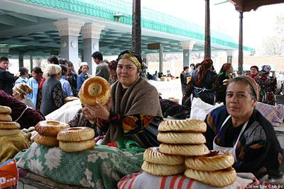 サマルカンドのバザールで独特のナンを売る人たち