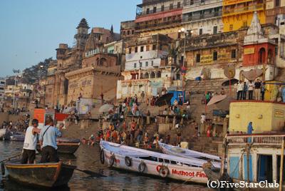 ボートに乗ってガンジス河の沐浴風景を観光(ベナレス)